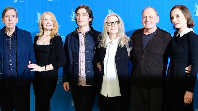 """The Party"": Die Schauspieler Timothy Spall, Patricia Clarkson, Cillian Murphy, British director Sally Potter, Swiss actor Bruno Ganz and British actress Kristin Scott Thomas pose for photographers during a photocall for the film ""The Party"" in competition at the 67th Berlinale film  festival in Berlin on February 13, 2017. / AFP / Tobias SCHWARZ        (Photo credit should read TOBIAS SCHWARZ/AFP/Getty Images)"