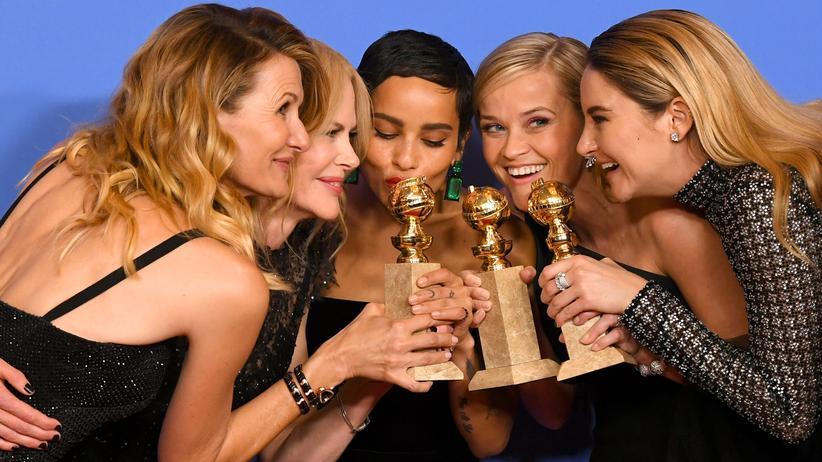 """Feminismus: In """"Big Little Lies"""" leiden sie ganz besonders hübsch: die Schauspielerinnen Laura Dern, Nicole Kidman, Zoë Kravitz, Reese Witherspoon und Shailene Woodley mit ihrem Golden Globe für die Beste Fernsehproduktion."""