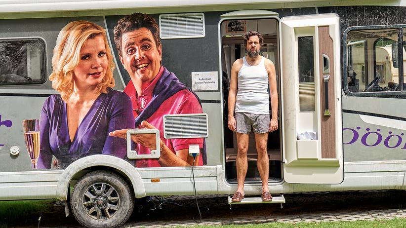 """""""Pastewka"""": Ein gedemütigter Mann vor seinem Garderobenwagen: Bastian Pastewka als er selbst."""
