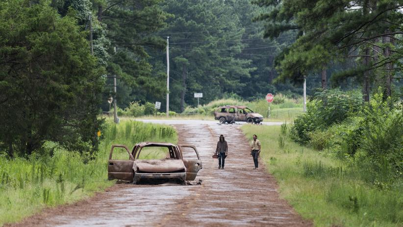 """""""The Walking Dead"""": Tote Menschen, tote Automobile: Andrew Lincoln (links) als Carl und Chandler Riggs als Rick Grimes in der achten Staffel von """"The Walking Dead"""""""