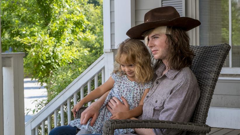 """""""The Walking Dead"""": Die klassische amerikanische Veranda: Chandler Riggs (rechts) als Carl Grimes in der aktuellen achten Staffel von """"The Walking Dead"""""""