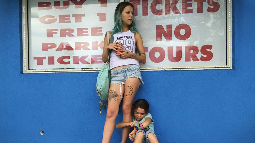 Sean Baker: Kämpfen jeden Tag um ihre Bleibe im Billighotel: Halley (Bria Vinaite) und ihre sechsjährige Tochter Moonee (Brooklynn Prince)