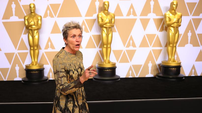 "Frances McDormand: Zwischen den Goldjungs: Frances McDormand erhielt für ""Three Billboards Outside Ebbing, Missouri"" ihren zweiten Oscar als Beste Schauspielerin."