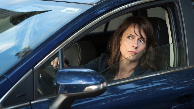 """""""Polizeiruf 110"""" Magdeburg: Ausnahmsweise auch mal im Auto: Doreen Brasch (Claudia Michelsen) klappert Verdächtige ab."""