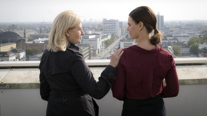 """""""Tatort"""" Bremen: Und was ist im Alter? Hauptkommissarin Inga Lürsen (Sabine Postel, li.) und ihre Tochter und Vorgesetzte Helen Reinders (Camilla Renschke)."""