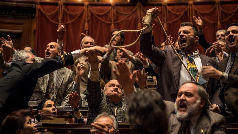 "Binge-Watching: Pietro Bosco (rechts im Bild) zettelt Randale im italienischen Parlament an: Szene aus ""1993"""