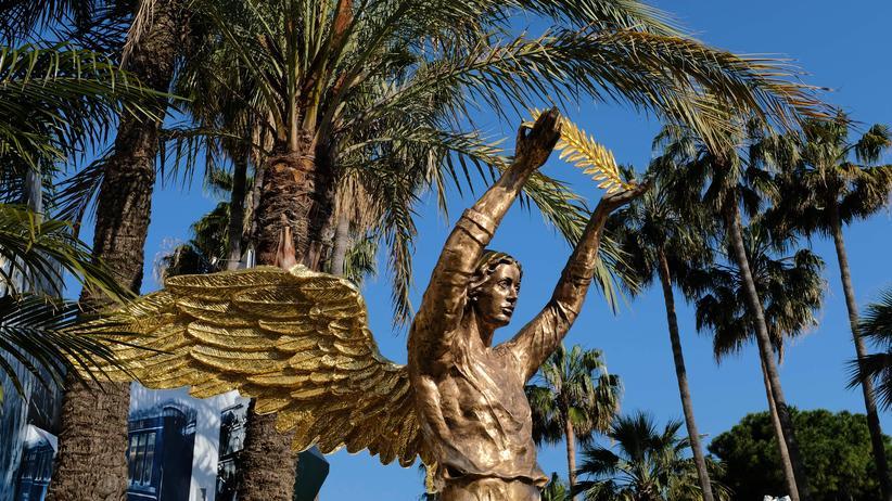 Filmfestival Cannes: Von einem höheren Wesen verliehen: die Goldene Palme in den Händen einer allegorischen Statue in Cannes