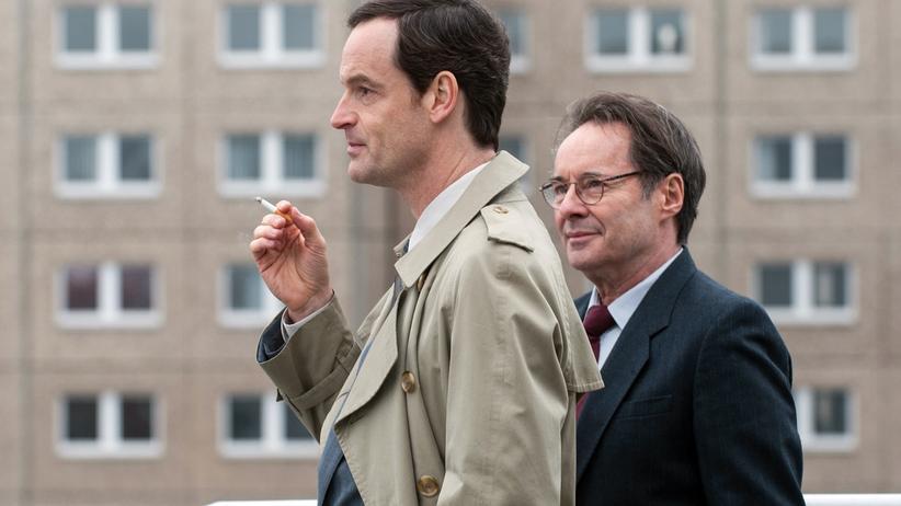 """Jörg Hartmann: """"Ich spiele doch kein Arschloch!"""" Jörg Hartmann als Falk Kupfer und Uwe Kockisch (re.) als sein Vater Hans in der dritten Staffel von """"Weissensee""""."""