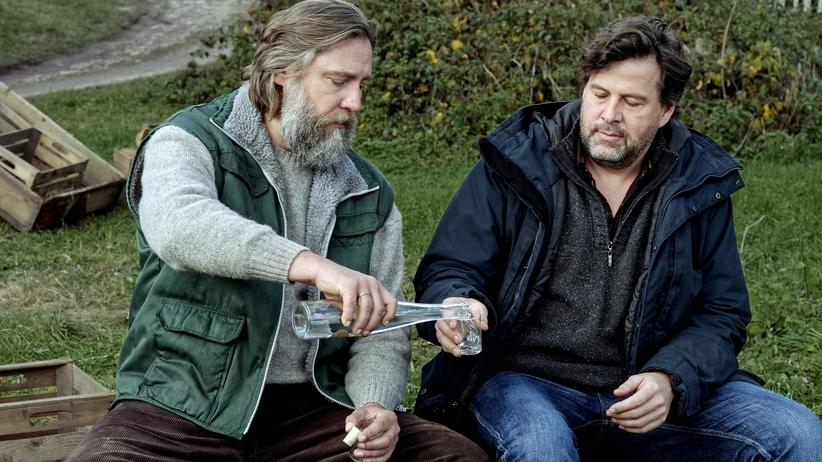 """""""Tatort"""" Schwarzwald: Ein Schnaps auf die alte Freundschaft: Volkmar Böttger (Nicki von Tempelhoff, li.) und Kommissar Friedemann Berg (Hans-Jochen Wagner)."""