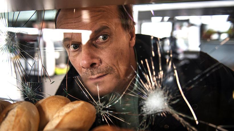 """""""Unterwerfung"""": Bürgerkrieg in Frankreich: Edgar Selge als François in einer zerstörten Tankstelle."""