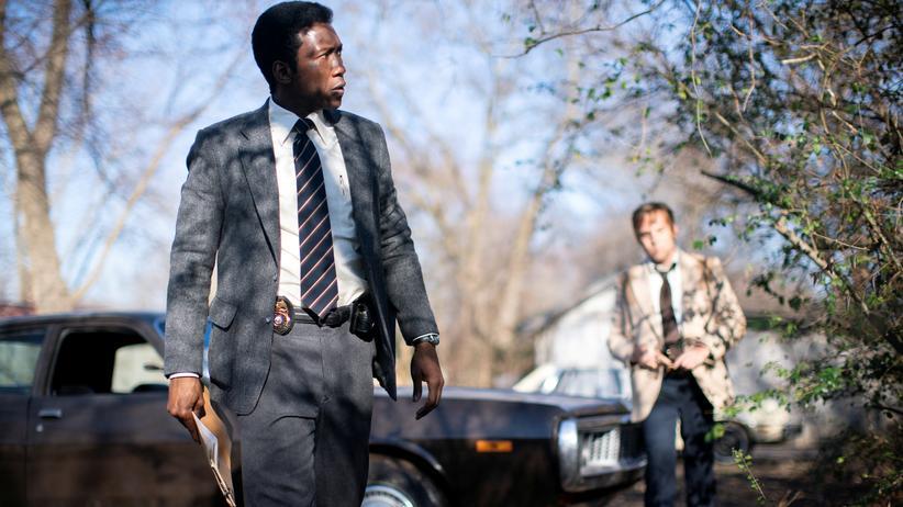 """""""True Detective 3"""": Es gibt nur einen True Detective: Mahershala Ali (im Hintergrund Stephen Dorff als sein Partner)."""