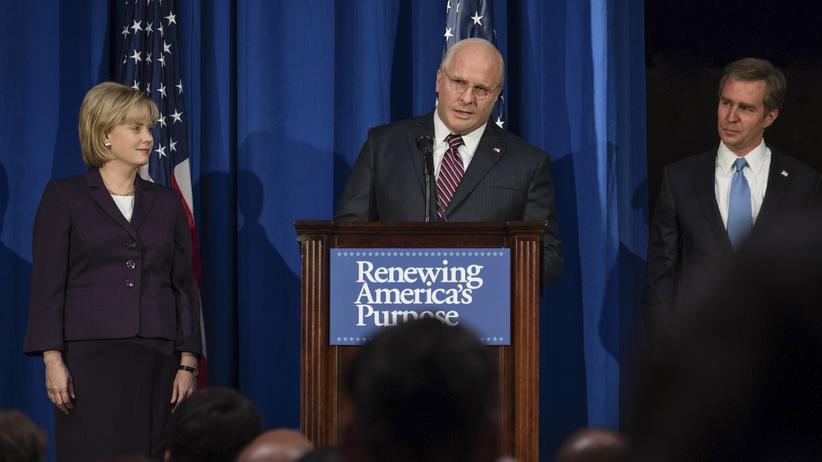 """""""Vice"""": Zentrum der Macht: Dick Cheney (Christian Bale, 2. v. l.) beim Parteitag der Republikaner, neben ihm seine Frau Lynne (Amy Adams, l.) und US-Präsident George W. Bush (Sam Rockwell, r.)"""