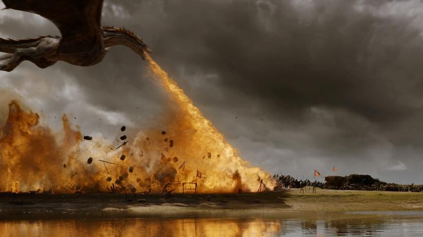 """""""Game of Thrones"""": Ein bisschen Landschaft muss auch dran glauben, wenn die fliegenden Massenvernichtungswaffen im Einsatz sind: Ein Drache feuert los in der Episode """"Spoils of War"""" in der siebten Staffel von """"Game of Thrones""""."""