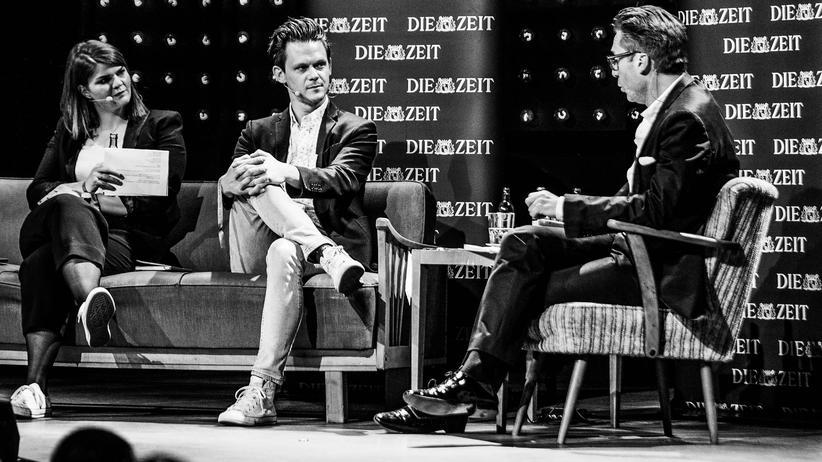Fernsehpodcast: Live in Hamburg: Zum Glück mit Schück