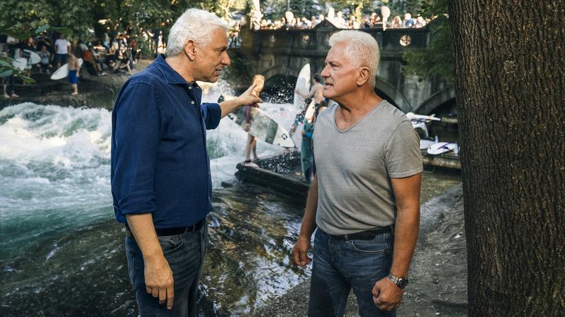 """""""Tatort"""" München: Der Franz (Udo Wachtveitl) und der Ivo (Miroslav Nehmen) vor dem wunderbaren Eisbach in München"""