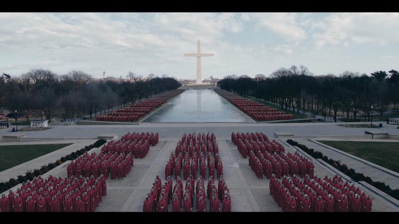 """""""Der Report der Magd"""": Die Mägde beim Gebet vor der Washington Mall – Szene aus der dritten Staffel von """"Der Report der Magd"""""""