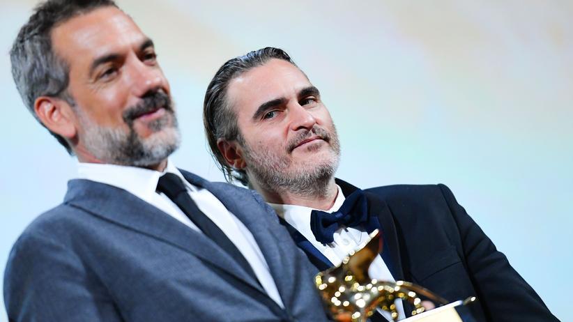 Der US-Regisseur Todd Phillips (links) und der Schauspieler Joaquin Phoenix mit dem Goldenen Löwen bei der Preisverleihung in Venedig