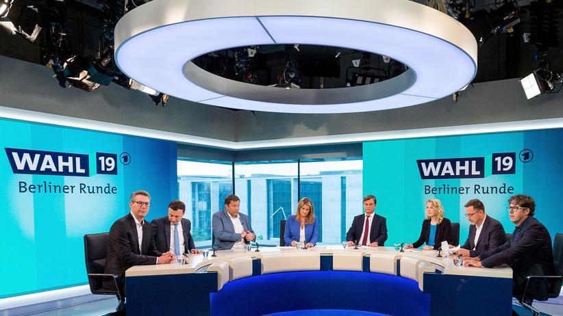 """Wahlberichterstattung: """"Sie dürfen das ansprechen in all unseren Sendungen"""": Die ARD-Moderatorin Tina Hassel (Vierte von links) versicherte dem AfD-Mann Bernd Baumann (Vierter von rechts) in der """"Berliner Runde"""", er habe wirklich freies Rederecht."""
