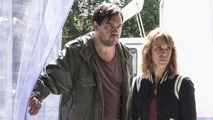 """""""Polizeiruf 110"""": Bukoff (Charly Hübner) und Frau König (Anneke Kim Sarnau) auf der Suche nach dem Mädchenmörder"""
