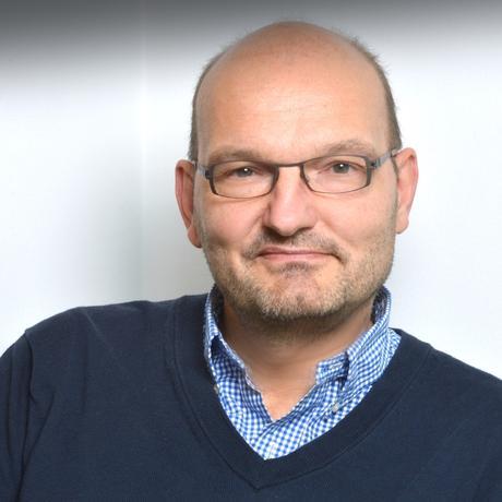 """Oliver Schütte arbeitet seit 30 Jahren als Autor von Drehbüchern, Romanen und Sachbüchern. Er unterrichtet an Filmhochschulen und berät Autoren sowie Produktionsfirmen. Er lebt in Berlin und Kalifornien. Zuletzt erschien von ihm das Sachbuch """"Die Netflix-Revolution: Wie Streaming unser Leben verändert""""."""