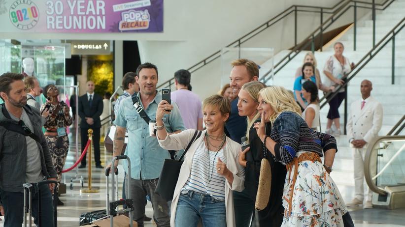 """""""BH 90210"""": Nicht alle freuen sich über das Wiedersehen in Vegas: Jason Priestley, Brian Austin Green, Gabrielle Carteris, Ian Ziering, Jennie Garth und Tori Spelling in der ersten Episode von """"BH 90210"""""""