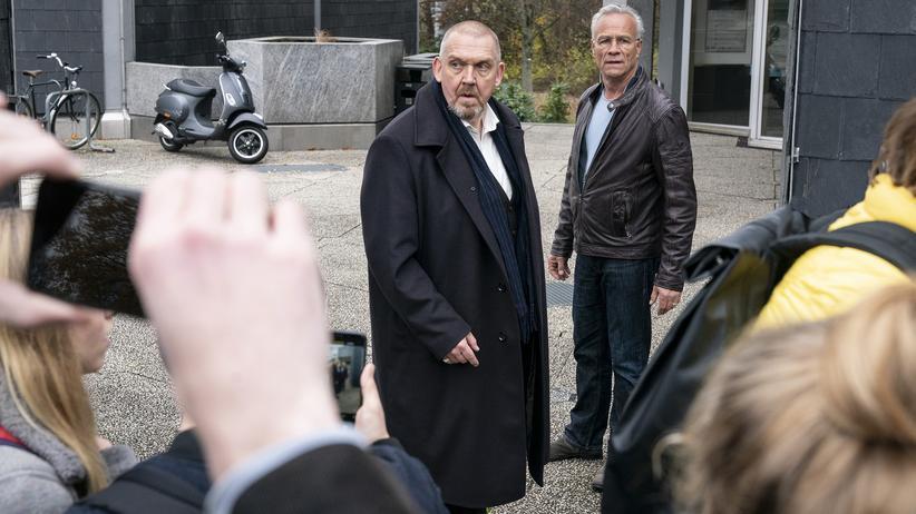 """""""Tatort"""" Köln: Freddy Schenk (Dietmar Bär, links), Max Ballauf (Klaus J. Behrendt, rechts) und Teile der sogenannten Jugend von heute auf dem Schulhof."""