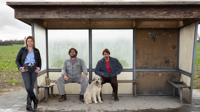 """Jörg Schönenborn und Frank Beckmann: Hier wird der Osten (nicht) vergessen: """"Warten auf'n Bus"""" mit Jördis Triebel, Ronald Zehrfeld und Felix Kramer spielt an einer Bushaltestelle in Brandenburg."""