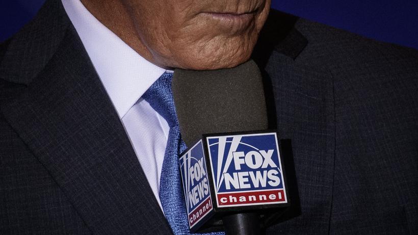 Fox News: Fox News, ein Binge-Watching der Superlative. Auf dem Bild: ein Korrespondent des Nachrichtensenders, der sich auf eine Schalte vorbereitet