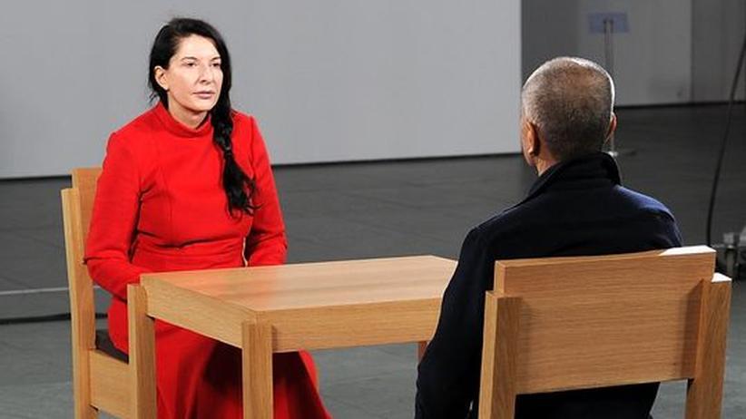 Performance-Kunst: Drei Monate wird die Künstlerin Marina Abramović auf diesem Holzstuhl verharren. Wer Lust dazu hat, kann sich ihr gegenüber setzen