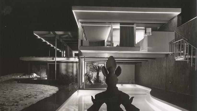 Architektur: Die Casa Ebelin Bucerius in der Schweiz. Ein Blick über das Schwimmbecken auf die östliche Stirnseite des Hauses
