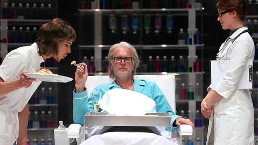 Schauspiel: Umgeben von Erbschleichern und Pflegepersonal (Matthias Klein und Minna Wündrich) spielt Harald Schmidt den Volpone: schmierig, vulgär, aber mit bester Laune