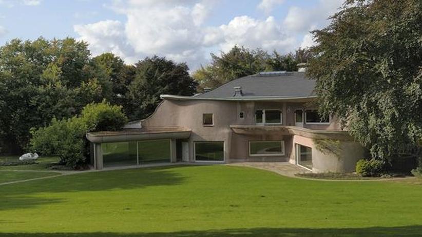 Skulpturenpark Waldfrieden in Wuppertal: Tony Cragg hat sich in die Ruine aus den 40 Jahren verliebt und die antrophosophische Villa Waldfrieden liebevoll restauriert