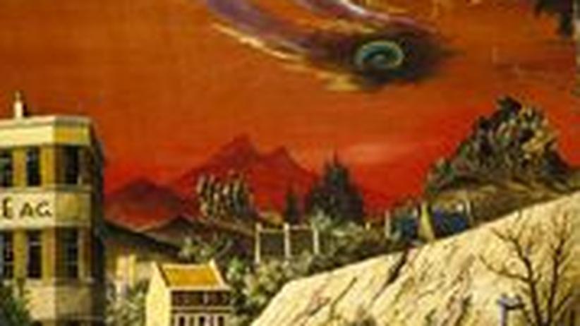 Infernalisch wirkende Szenerie einer Stadt mit zwei Reitern auf der Straße vor einem Gebirge