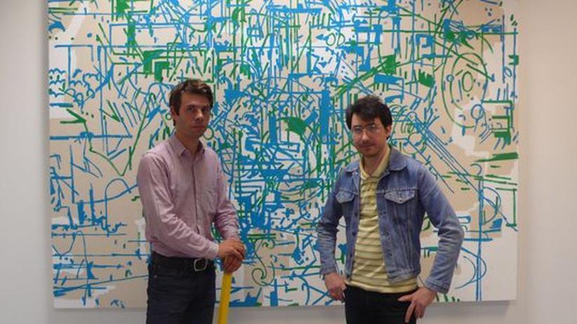 """Der Galerist Niklas Schechinger (links) und sein Künstler Hank Schmidt in der Beek vor """"Painters Painting"""""""