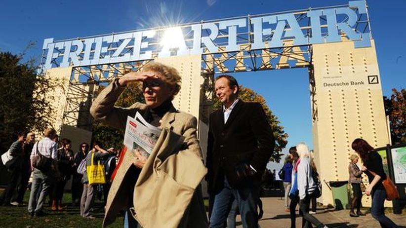 """Viele Menschen bei sonnigem Wetter vor einem Torbogen mit der Aufschrift """"Frieze Art Fair"""""""