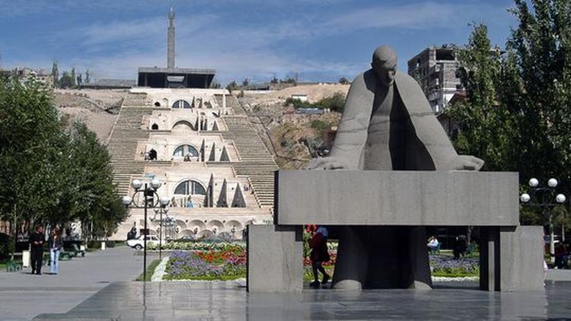 Armenien: Vor der Kaskade mit dem Cafesjian Center of the Arts steht eine Statue von Eriwans Stadtplaner Alexander Tamanjan. Er hatte bereits in den 30er Jahren den Ursprungsentwurf für den Treppenbau angefertigt