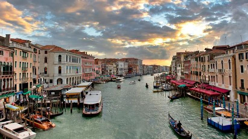 Biennale : Defilee am Canal Grande