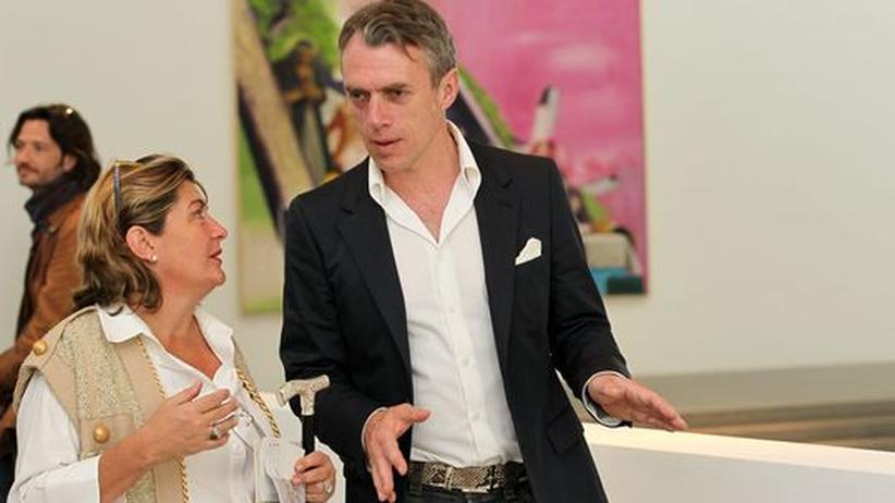 Der Künstler Neo Rauch unterhält sich während einer Ausstellung in München mit einer Besucherin.