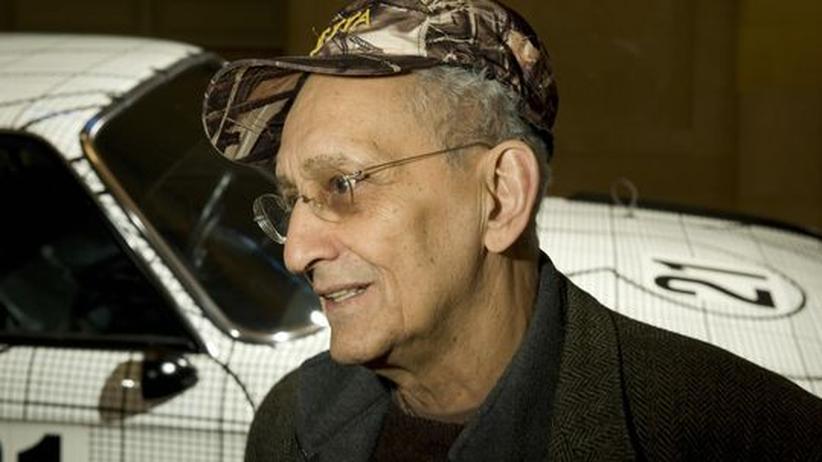 Bildhauer Frank Stella: Frank Stella, Künstler und Autoliebhaber, neben einem BMW, den er 1976 bemalt hat