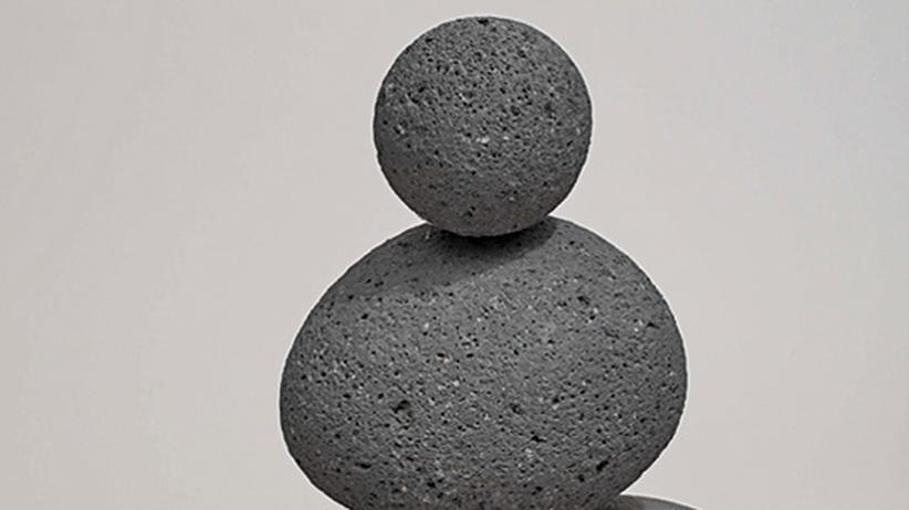 Moderne Skulpturen: Gurkengroße Gurken und winzige Steinkolosse