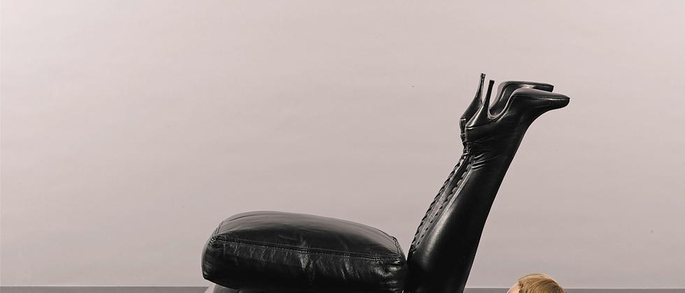 """Die Skulptur """"Chair"""" von Allen Jones aus dem Jahr 1969"""
