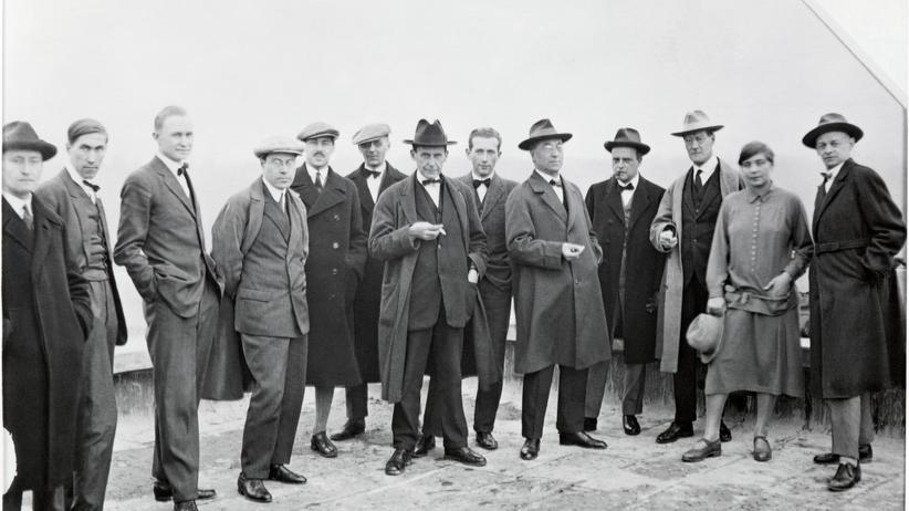 Bauhaus: Oskar Schlemmer (ganz rechts) und andere Bauhausmeister auf dem Dach des Bauhauses in Dessau