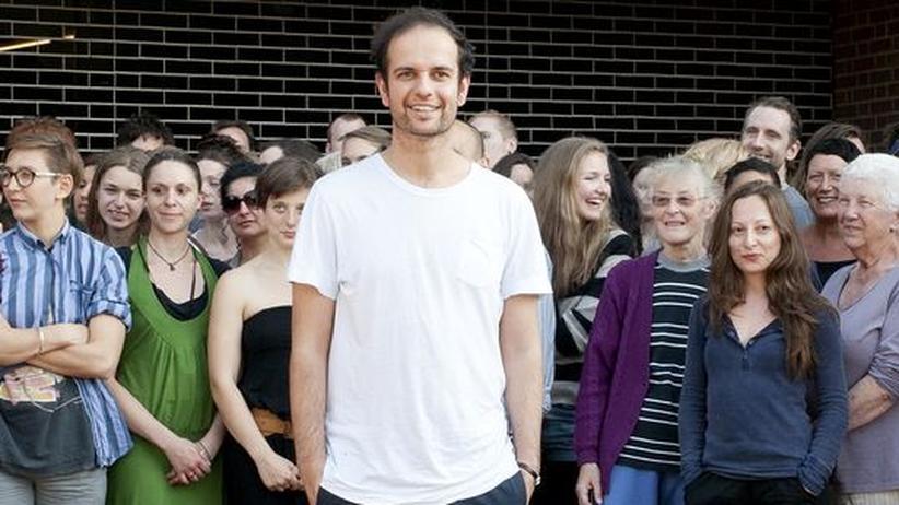 Der Künstler Tino Sehgal mit den Mitwirkenden seiner Performance