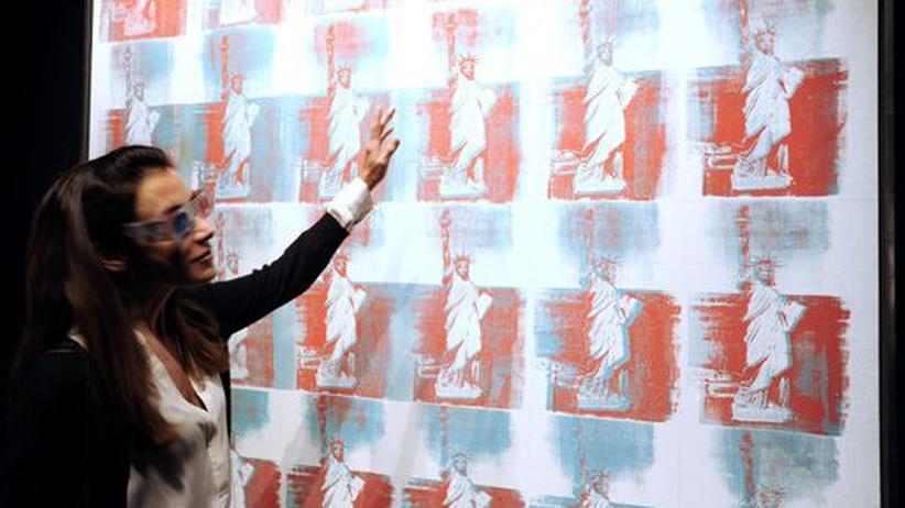 """Auktionen: Eine Besucherin vor dem Gemälde """"Statue of Liberty"""", die im Aktionshaus Christie's ausgestellt ist."""