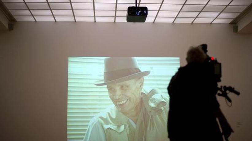 Essay: Wird häufig kopiert: Joseph Beuys (Videostill von 1984, gezeigt in einer Ausstellung im Hamburger Bahnhof 2011)
