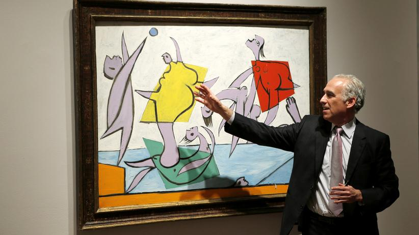 "Kunst-Auktion: A man speaks about Pablo Picasso's ""Le Sauvetage"" during a preview of Sotheby's impressionist and modern art evening sale in New York, May 2, 2014. REUTERS/Eduardo Munoz (UNITED STATES - Tags: SOCIETY ENTERTAINMENT)"