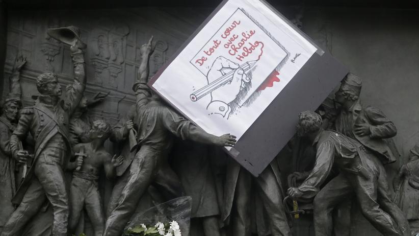 """""""Charlie Hebdo"""": Eine Zeichnung von Plantu auf einem Bronzefries am Pariser Platz der Republik. Wer eine Linie zeichnet, wird irgendwann auch eine andere Linie überschreiten, heißt es unter Cartoonisten."""