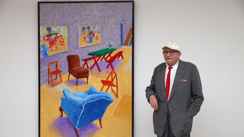 "David Hockney: Der Maler David Hockney vor seinem Bild ""Studio Interior #14"""