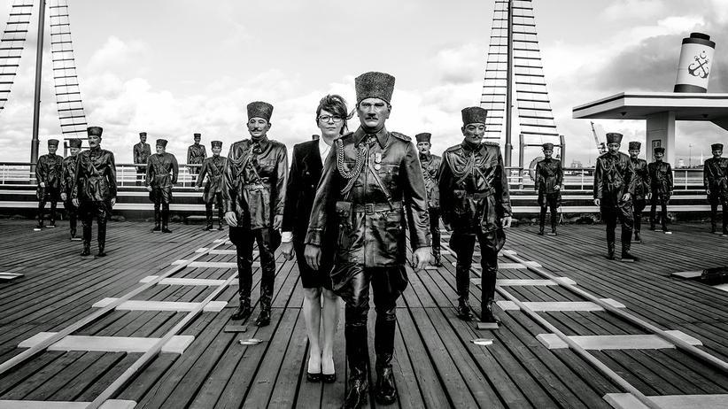 """Beral Madra: Kunst von der letzten Çanakkale Biennale: Gülçin Aksoys """"Road to Salvation"""" (2014)"""