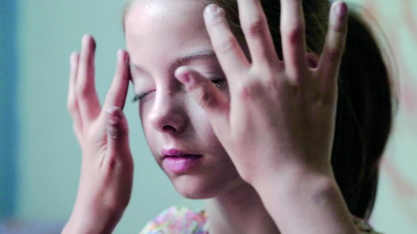 """Videokunst: Still aus """"My Throat, My Air"""" von Loretta Fahrenholz"""